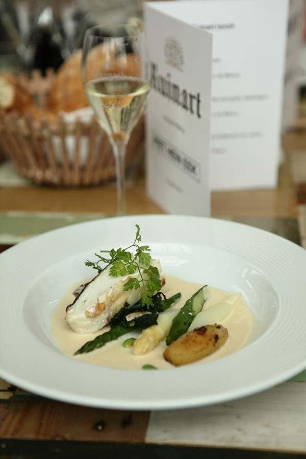 Cod and asparagus with Ruinart Blanc de Blanc in the PHE res