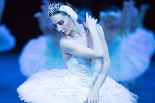 Tamara-Rojo-in-Swan-Lake-in-the-round-(c)-Photogra