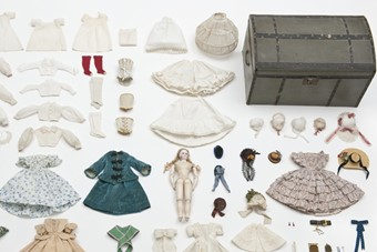 Doll, trousseau and her trunk, circa 1865, Les Arts Décorati