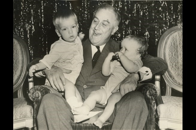 1939_fdr_and_grandchildren_0