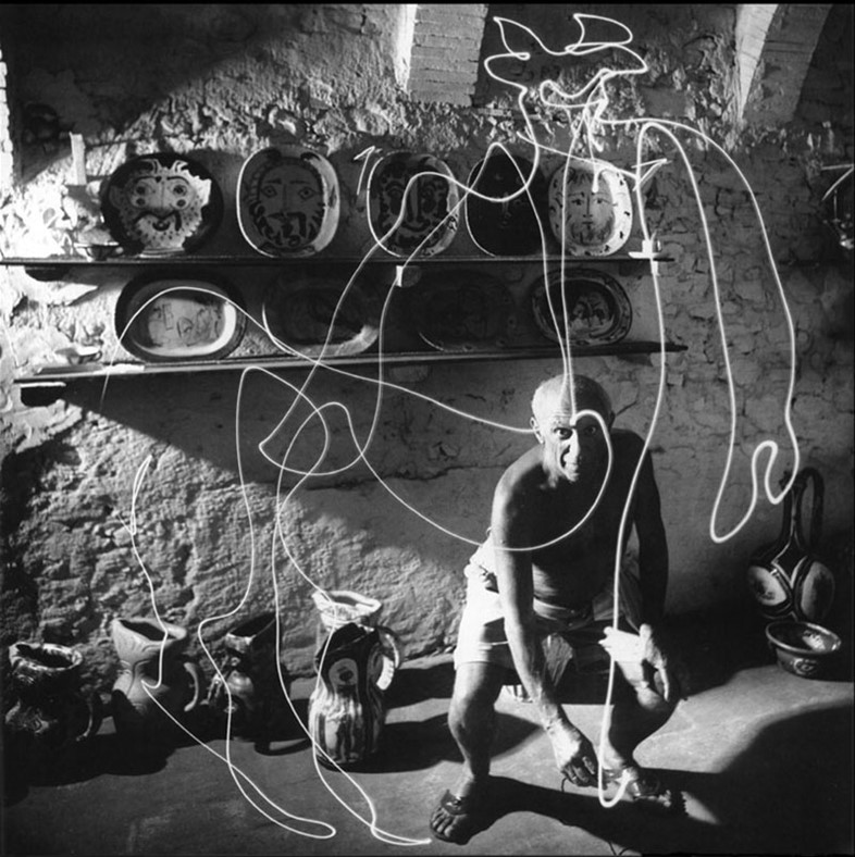Picasso draws with light, 1949