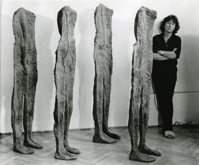 Magdalena Abakanowicz with her artwork 'Female Fig